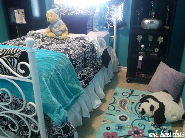 teen, lounge, pillows, rug, home, accents, accessories, bookcase, bedding